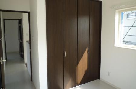 1間の横幅のクローゼット折れ戸の画像