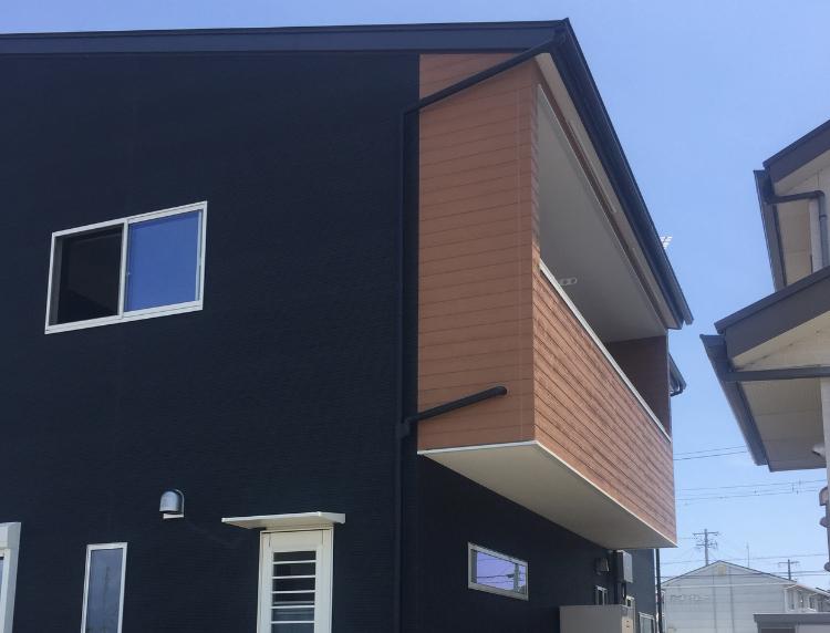 静岡市清水区の注文住宅|バルコニーの外壁にウッド調アクセント使用のデザインがお洒落