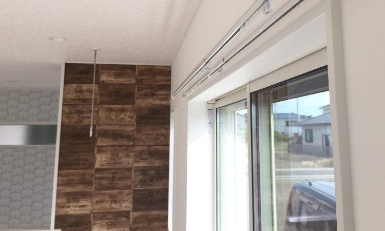 注文住宅のLDKのアクセント壁紙にレンガ調柄を使用した画像