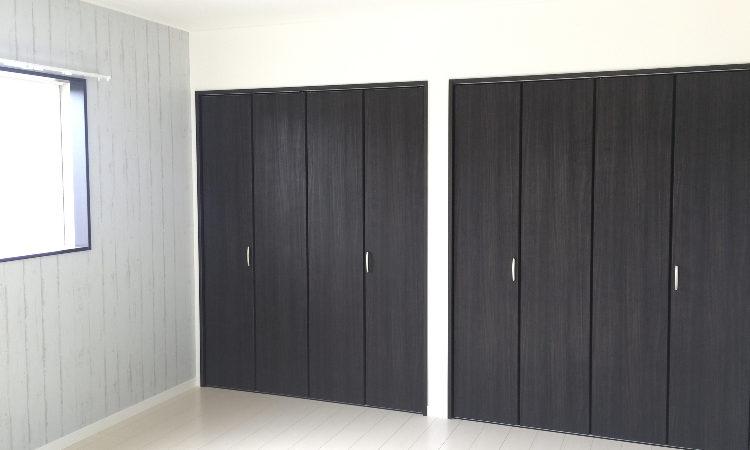 注文住宅の寝室で夫婦のクローゼットをそれぞれ別に配置した例の画像