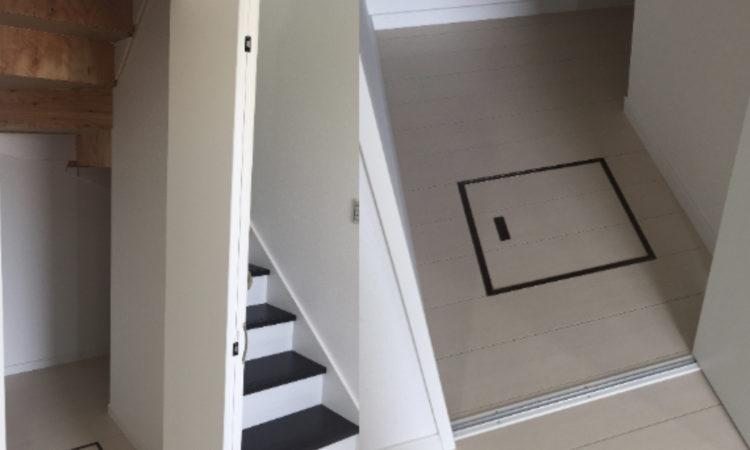 注文住宅の階段下収納に床下点検口を配置した画像