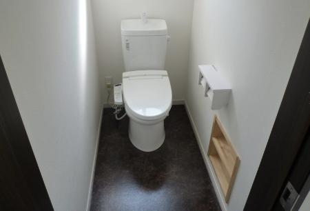 トイレの作り付け収納を壁埋め込みにした画像