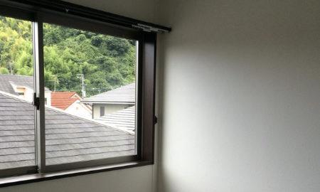 3階の窓から見る隣家の屋根の画像