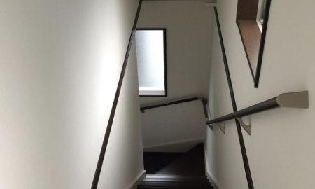 3階建ての家の避難経路となる不燃クロスで仕上げた階段室の画像