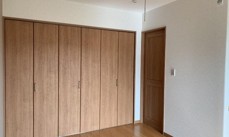 32坪4LDKの家の夫婦の寝室入り口と収納折れ戸画像