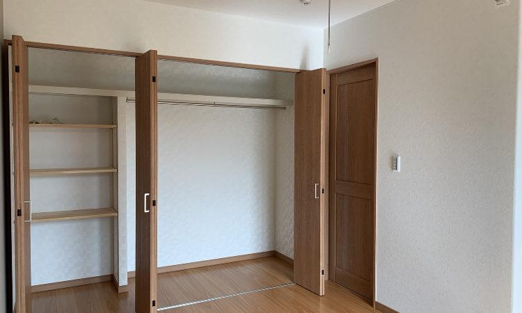32坪4LDKの家の夫婦の寝室折れ戸開放画像