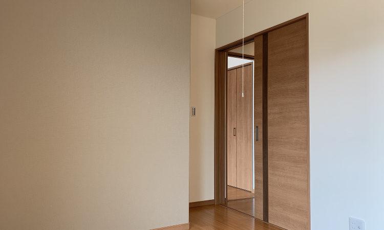 32坪4LDKの家の子供室(5.25帖)の入り口の画像