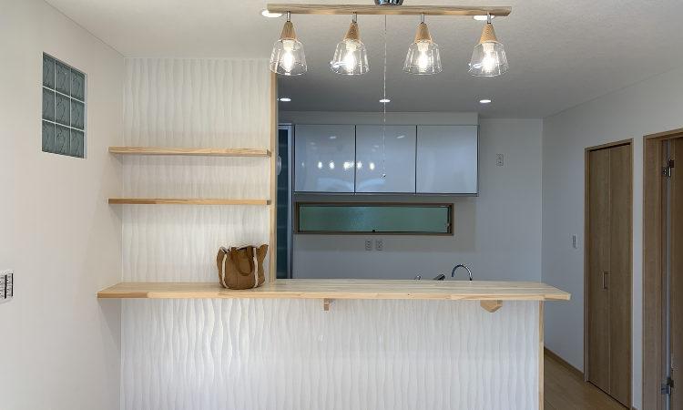 32坪4LDKの家のリビングからキッチンを見た画像