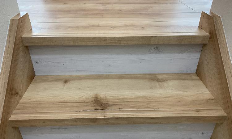 無垢に近い素材を使った階段の画像