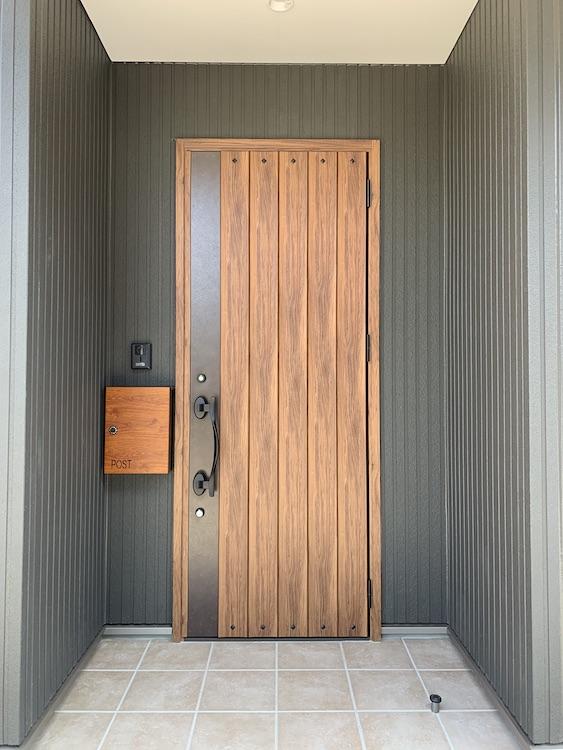 菊川市の注文住宅の玄関ドアの画像