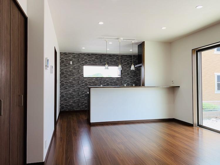 菊川市注文住宅のリビングからキッチンを見た画像
